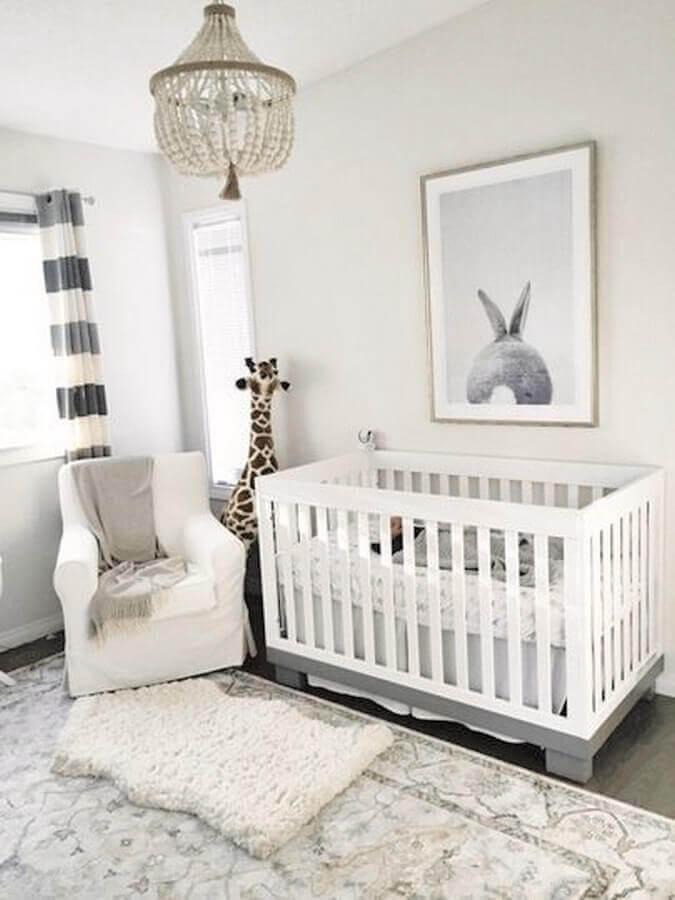 decoração minimalista com lustre para quarto de bebê cinza e branco Foto c
