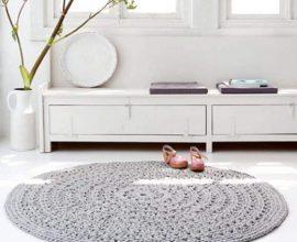 decoração minimalista com tapete de crochê redondo cinza  Foto Live Internet