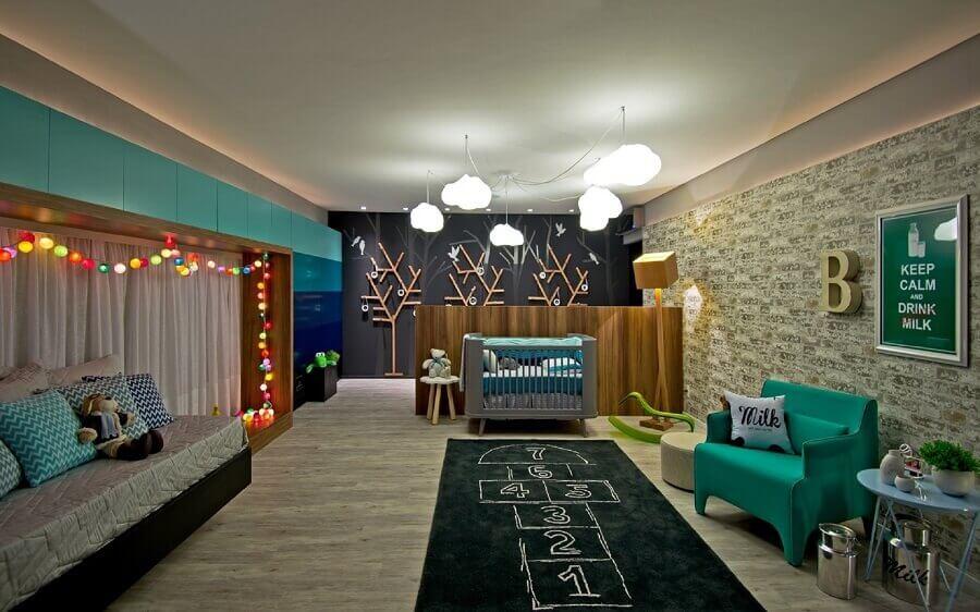 decoração moderna com lustre de nuvem para quarto de bebê amplo com papel de parede e tapete preto Foto Espaço do Traço