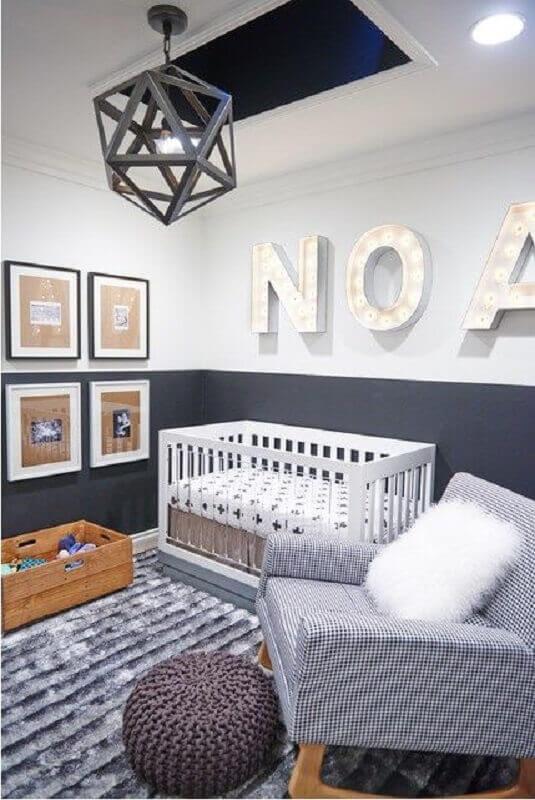 decoração moderna com lustre para quarto de bebê cinza com puff redondo de crochê Foto Baby Ideas