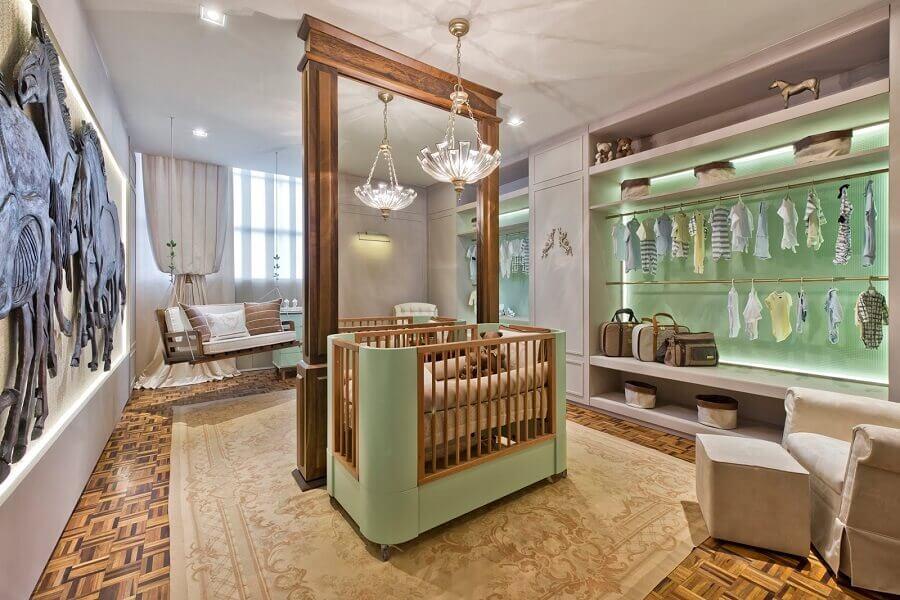 decoração moderna com lustre para quarto de bebê verde água bem amplo  Foto CasaCor 2016