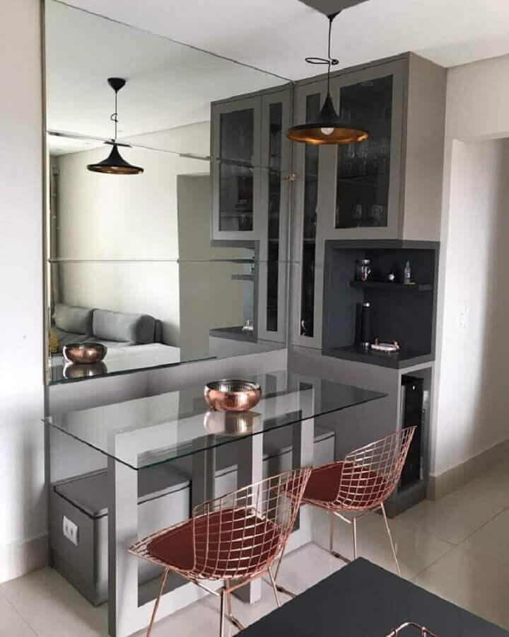 decoração moderna para cozinha com parede espelhada e cadeira na cor cobre Foto Marina Brantegani Grizi