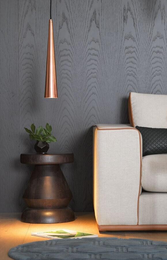 decoração moderna para sala com parede cinza e luminária minimalista na cor cobre Foto Menter Architects