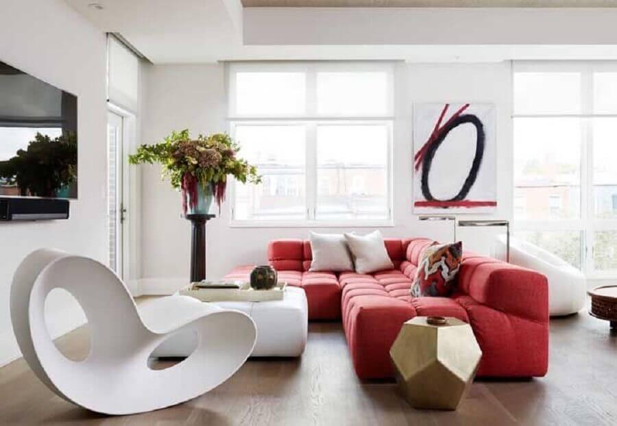 decoração moderna para sala de estar com sofá vermelho Foto Dane Austin Design