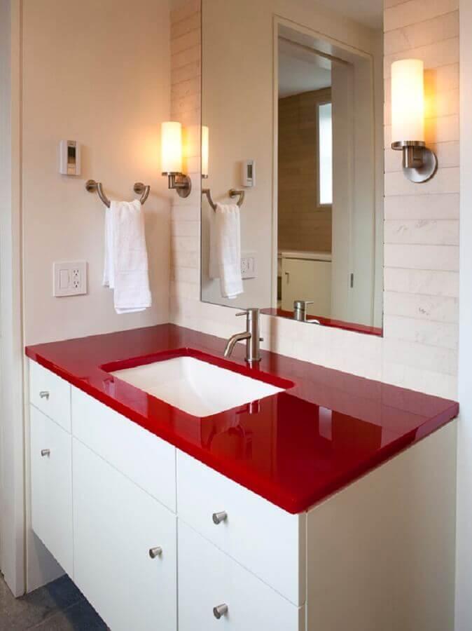 decoração para banheiro branco com bancada vermelha Foto Homedit