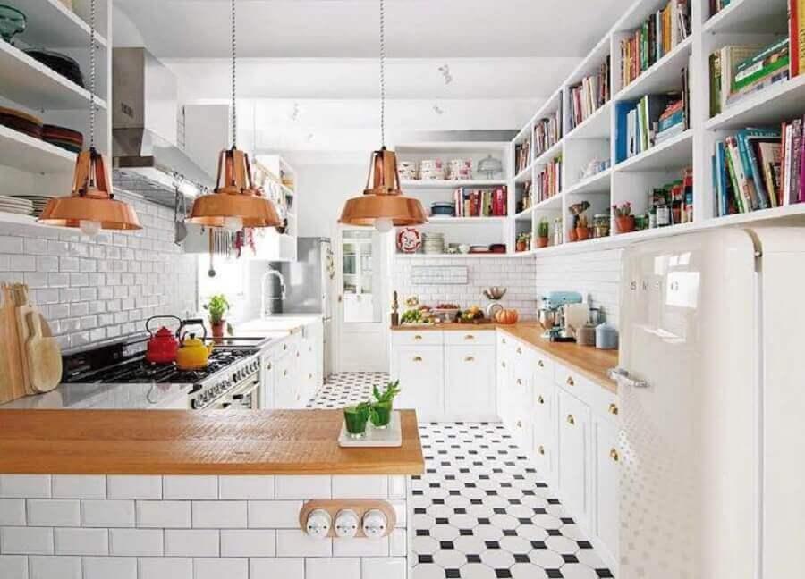 decoração para cozinha planejada toda branca com luminária na cor cobre sobre bancada de madeira Foto Living