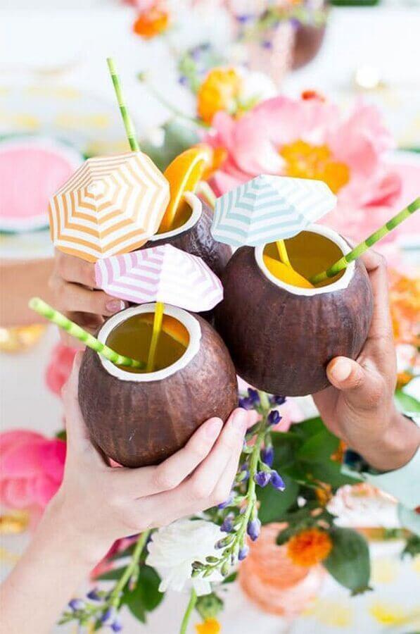 decoração para festa lual com bebidas servidas em coco Foto Brit.co