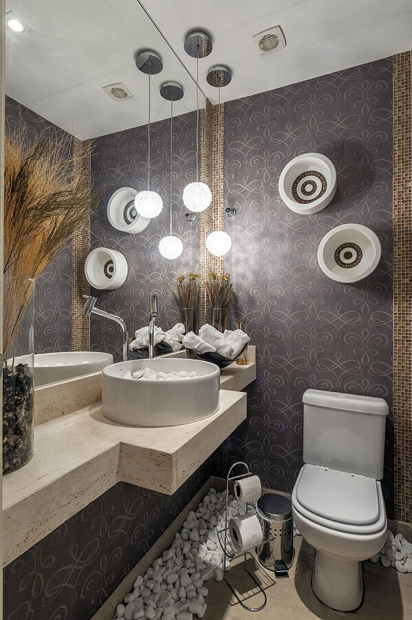 decoração para lavabo moderno com papel de parede e cuba redonda com pedras brancas  Foto Manoela Lustosa