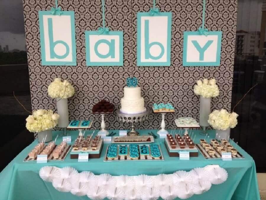 decoração para mesversário azul e branco com arranjos de rosas Foto Baby Shower Ideas