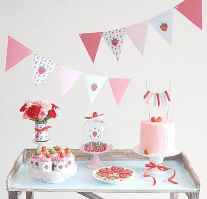 decoração para mesversário com tema moranguinhos Foto Pinterest