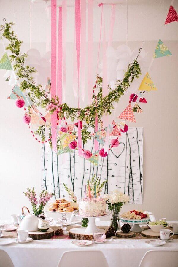 decoração para mesversário com varal de bandeirinhas e folhagens Foto Summer Mood
