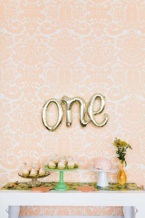 decoração para mesversário simples com balões em formato de letras Foto Pinterest