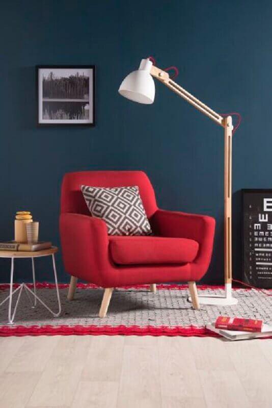 decoração para sala com poltrona vermelha e parede azul Foto Pinosy
