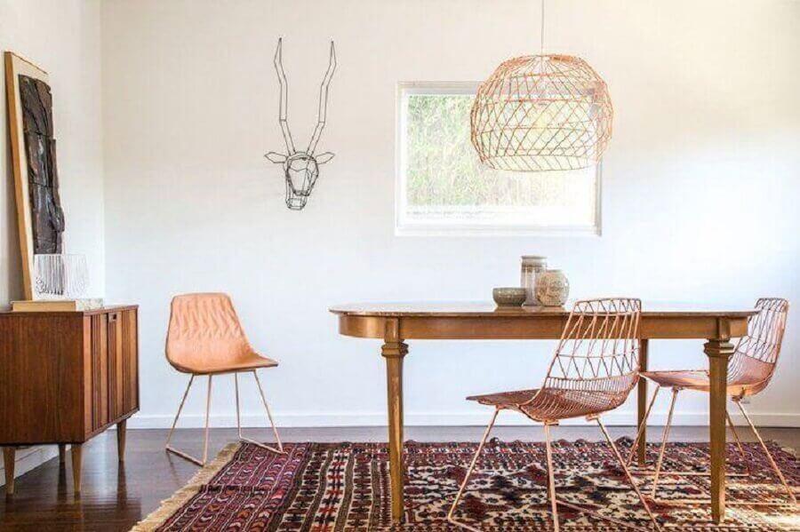decoração para sala de jantar com cadeiras e luminária na cor cobre Foto The Modern Shop