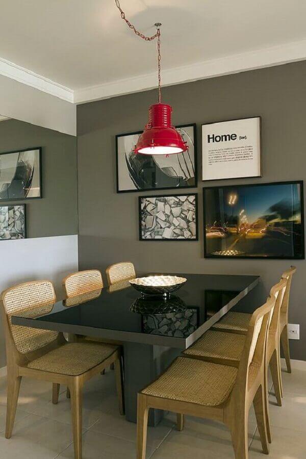 decoração para sala de jantar com luminária pendente vermelha e parede cinza Foto Pinterest