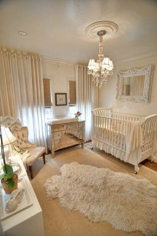 decoração provençal com lustre para quarto de bebê feminino bege  Foto Trendecora