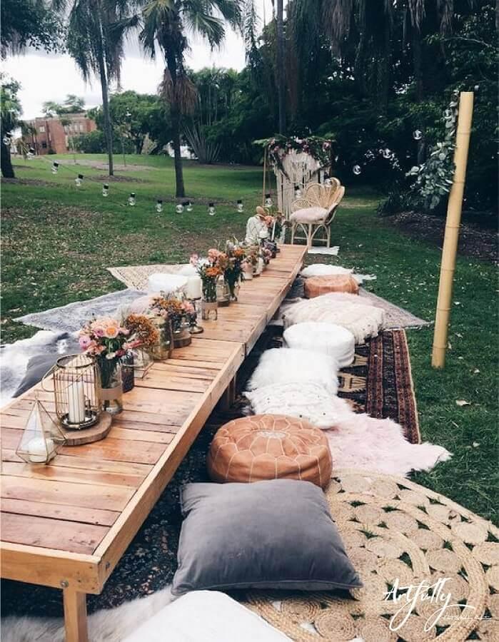 decoração rústica para festa luau com tapetes almofadas e mesa de madeira Foto Harper Arrow
