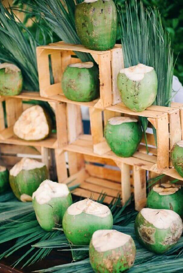 decoração rústica para festa luau com cocos e caixotes de madeira Foto Pinterest