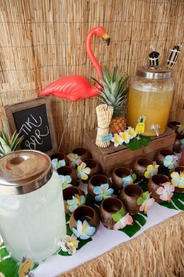 decoração rústica para festa luau com copos imitando cocos Foto Pinosy