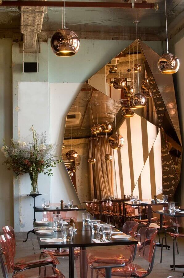 decoração restaurante com pendentes redondos e grande espelho na cor cobre Foto Yandex