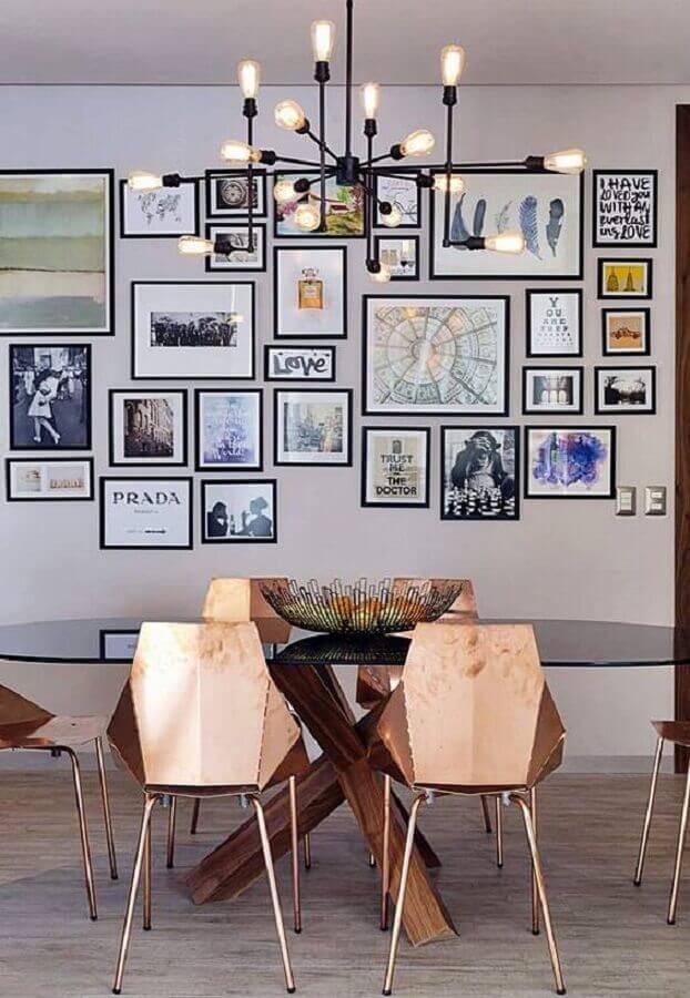 decoração sala de jantar com vários quadros na parede e cadeiras modernas na cor cobre Foto HomeWorldDesign