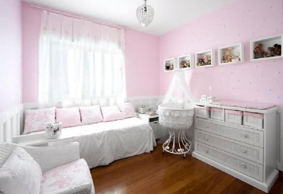 decoração simples com lustre para quarto de bebê feminino branco e rosa Foto Eduarda Correa