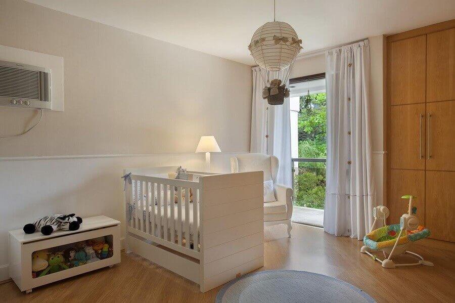 decoração simples em tons neutros com lustre balão para quarto de bebê Foto Leticia Araujo