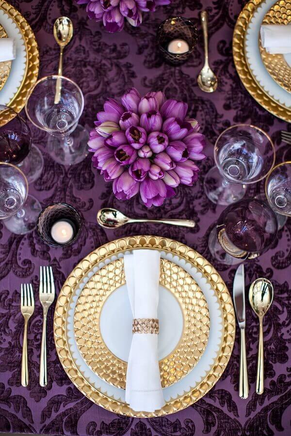decoração sofisticada para mesa posta em roso e dourado