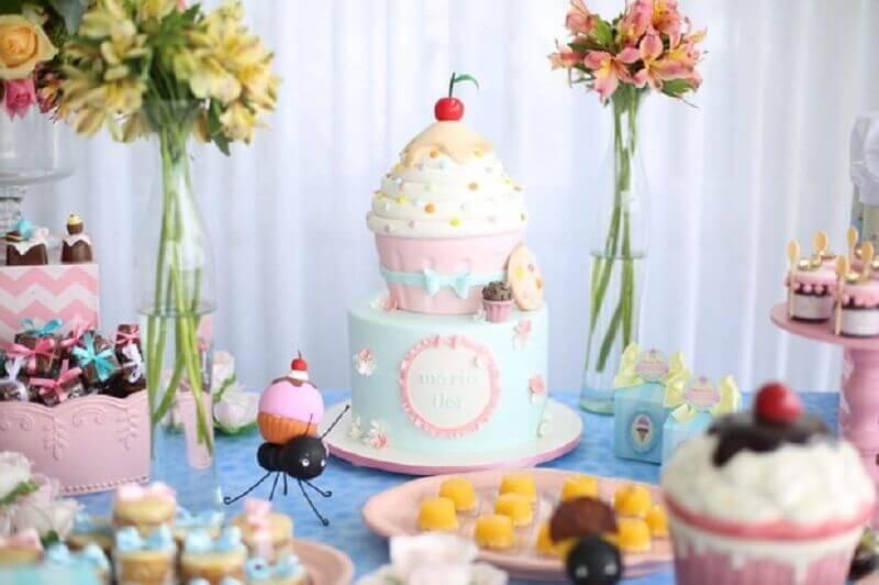 delicada decoração para mesversario com tema cupcakes e formiguinhas Foto Cantinho da Maternidade