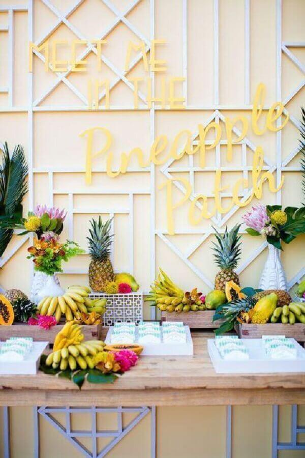 festa com mesa de frutas decoradas com bananas e abacaxis Foto Bert & Lou