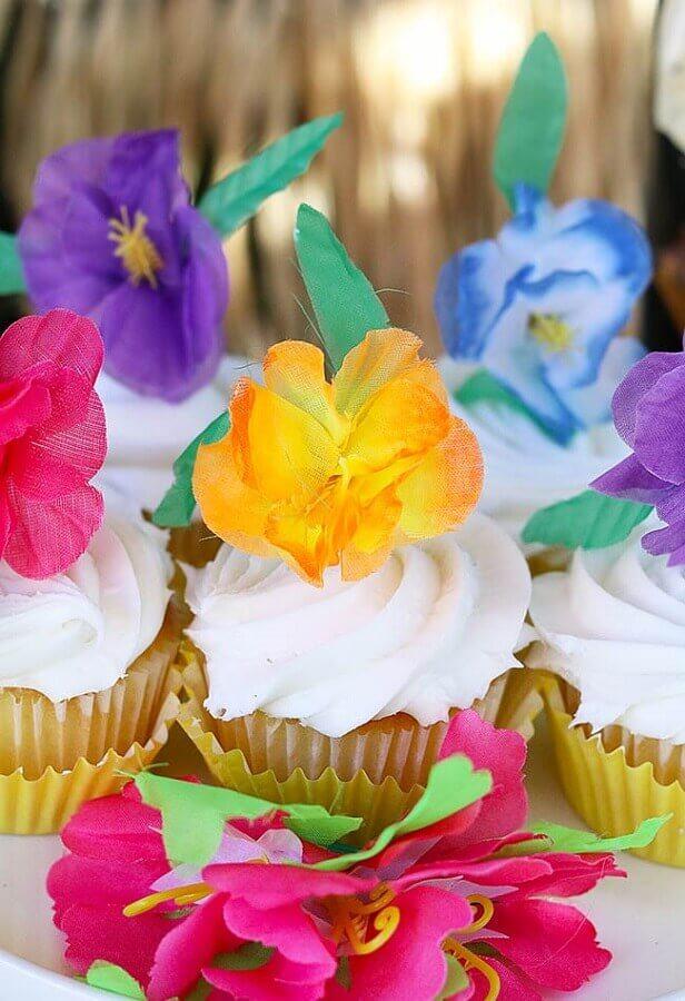 festa luau decorada com cupackes personalizados com flores coloridas Foto A Minha Festinha