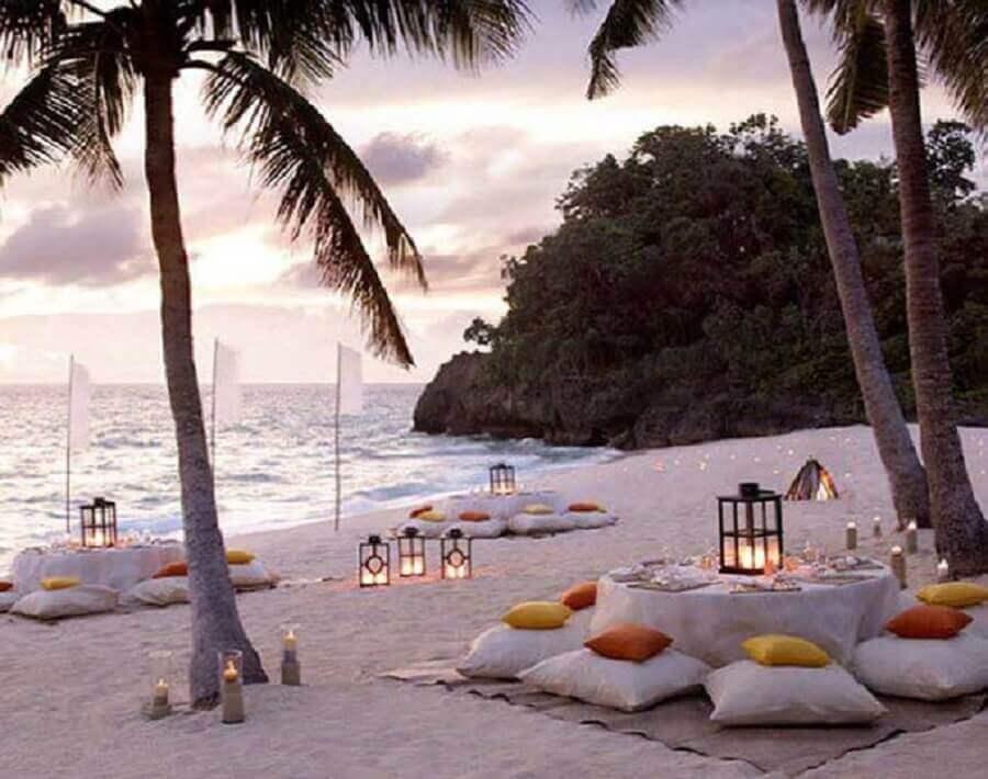 festa luau na praia decorada com velas e almofadas Foto Pinterest