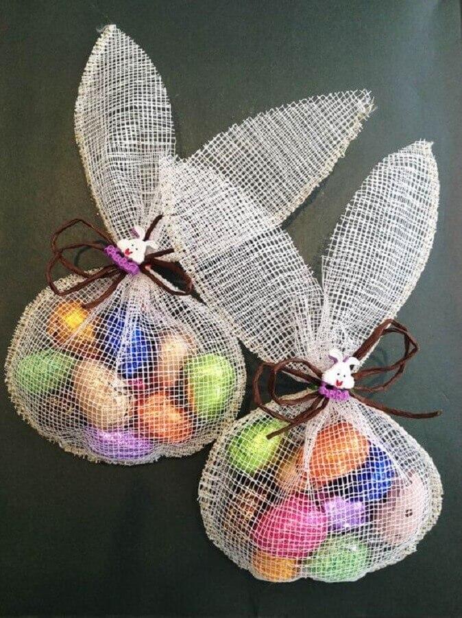 ideia simples de lembrancinhas de páscoa com saquinho recheado de ovinhos de chocolate Foto Drink de Estilo