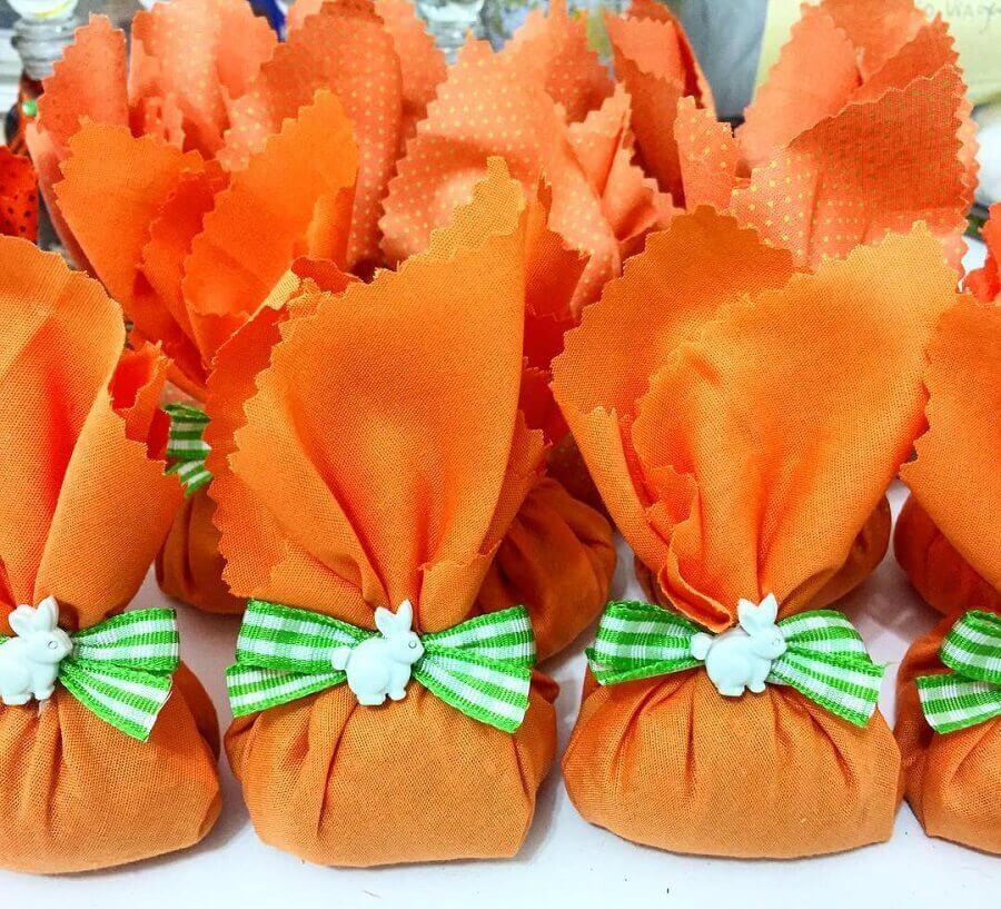lembrancinhas de páscoa com bolos embalados com tecido laranja  Foto Lavanrie