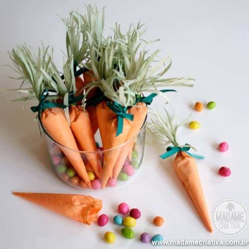 lembrancinhas de páscoa com cenoura de papel recheada de balas coloridas Foto Madame Criativa