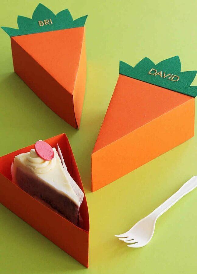 lembrancinhas de páscoa com fatia de bolo dentro de caixinha em formato de cenoura Foto Assetproject