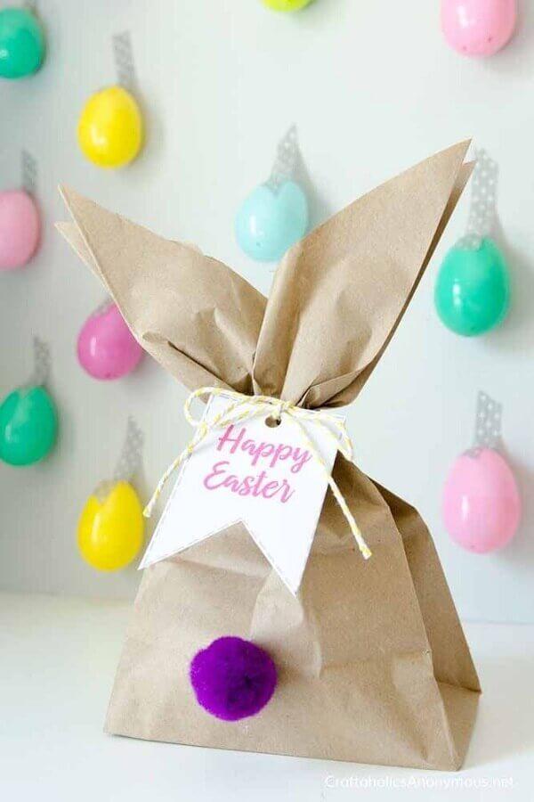 lembrancinhas de páscoa com sacolinha de papel decorada com tag  Foto Harper's Bazaar