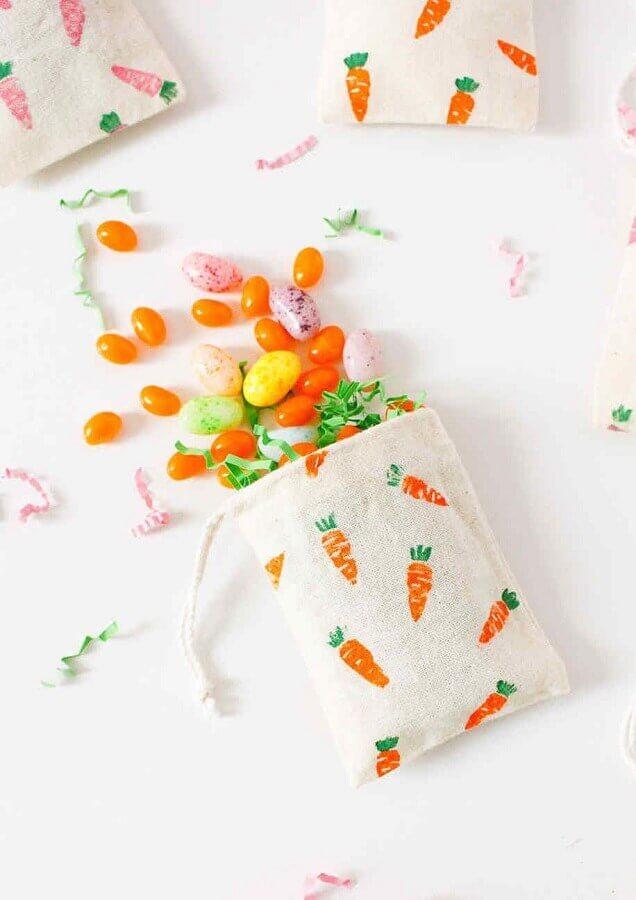lembrancinhas de páscoa com sacolinha de tecido com estampa de cenouras Foto Pinosy