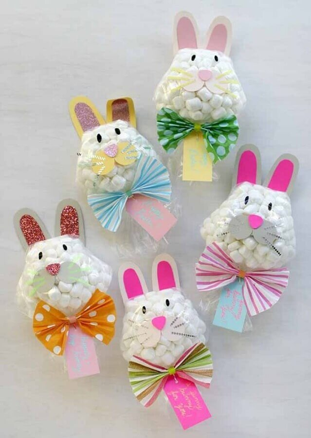 lembrancinhas de páscoa para escola com sacolinhas de balas decorada com rostinho de coelho Foto Maezinha Vai com as Outras