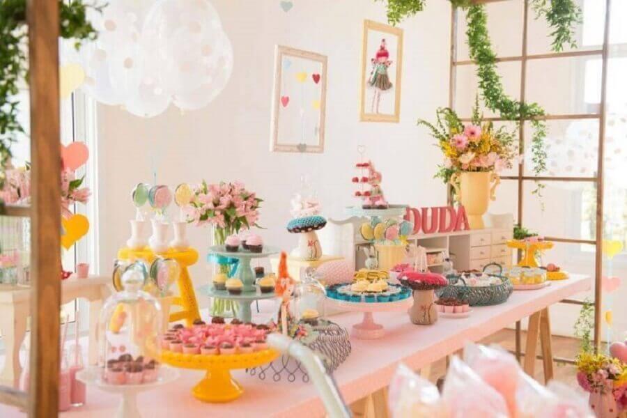 linda decoração para mesversário com mesa bem colorida Foto Blog Encontrando Ideias