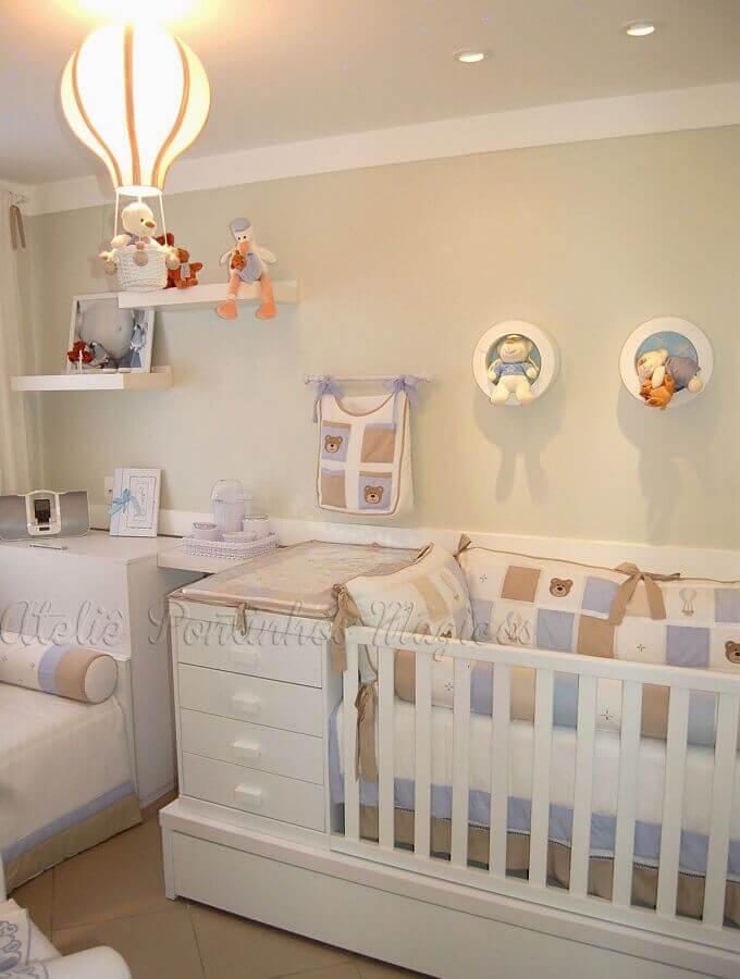 lustre balão para quarto de bebê azul e branco decorado com nichos redondos  Foto Pinosy