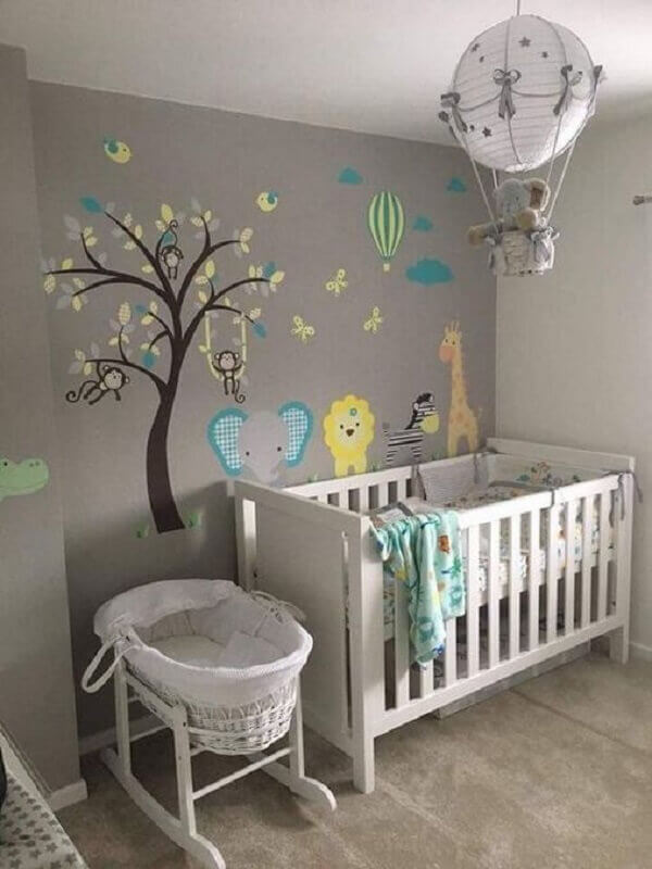 lustre balão para quarto de bebê cinza decorado com adesivo de parede Foto Casa e Festa