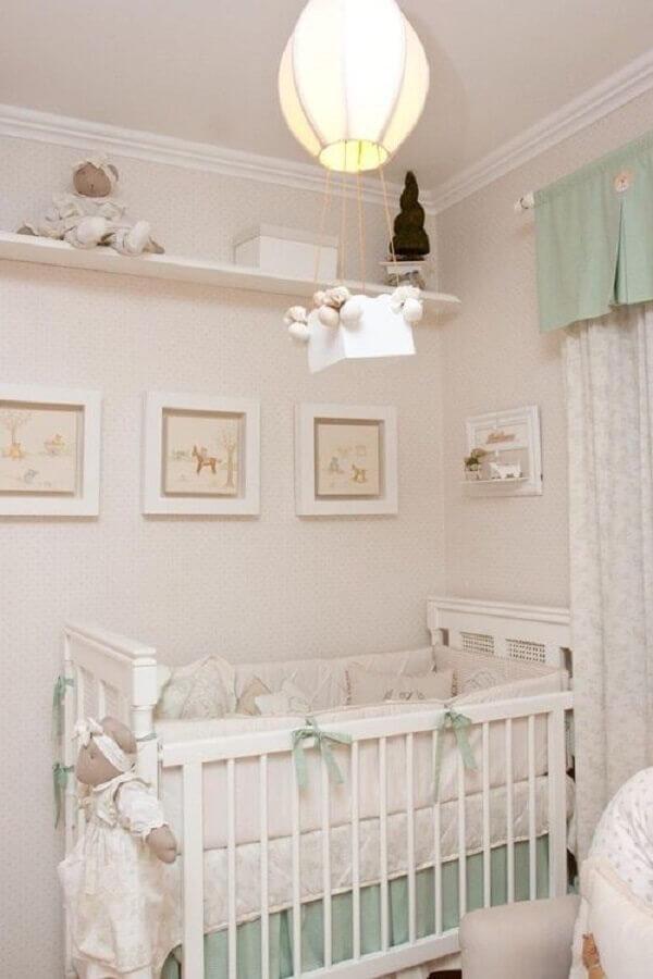 lustre balão para quarto de bebê verde água e branco decorado com quadrinhos brancos Foto Pinterest