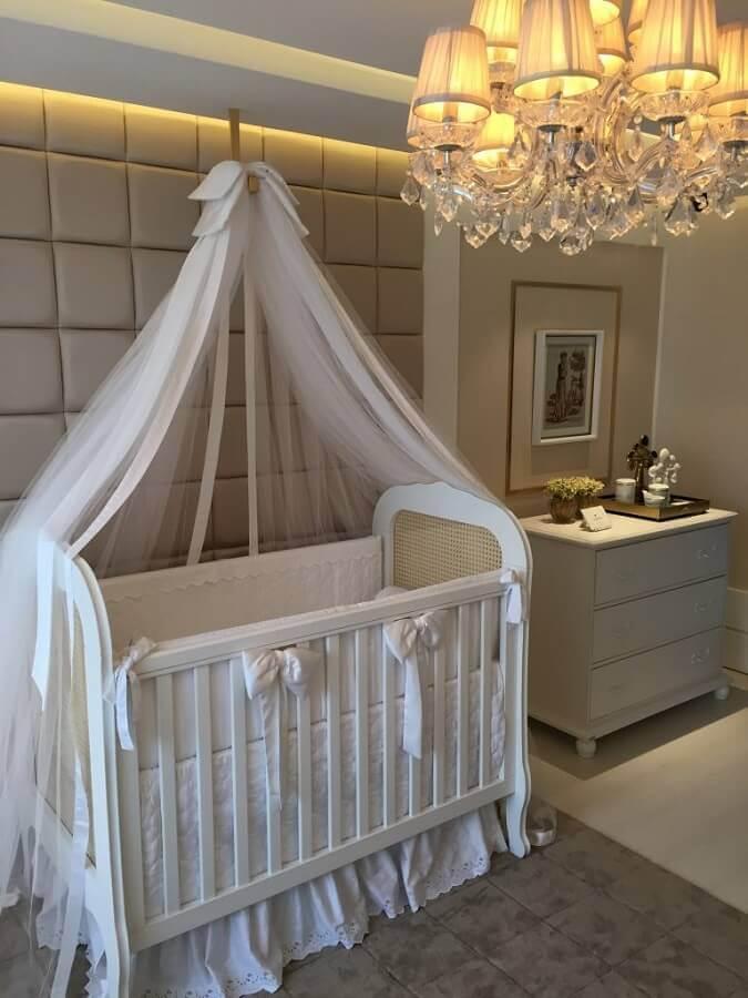 lustre candelabro para quarto de bebê decorado com parede estofada  Foto Pinosy