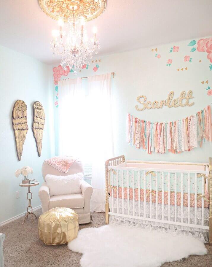lustre candelabro para quarto de bebê feminino com puff redondo dourado Foto Project Nursery
