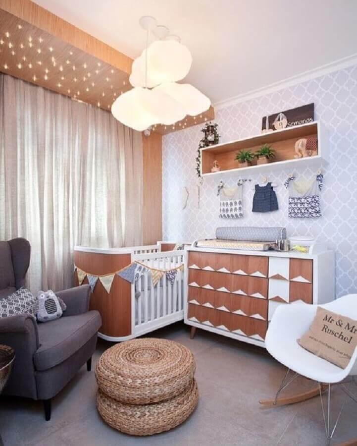 lustre de nuvem para quarto de bebê decorado com pufff redondo e móveis de madeira Foto Pinterest