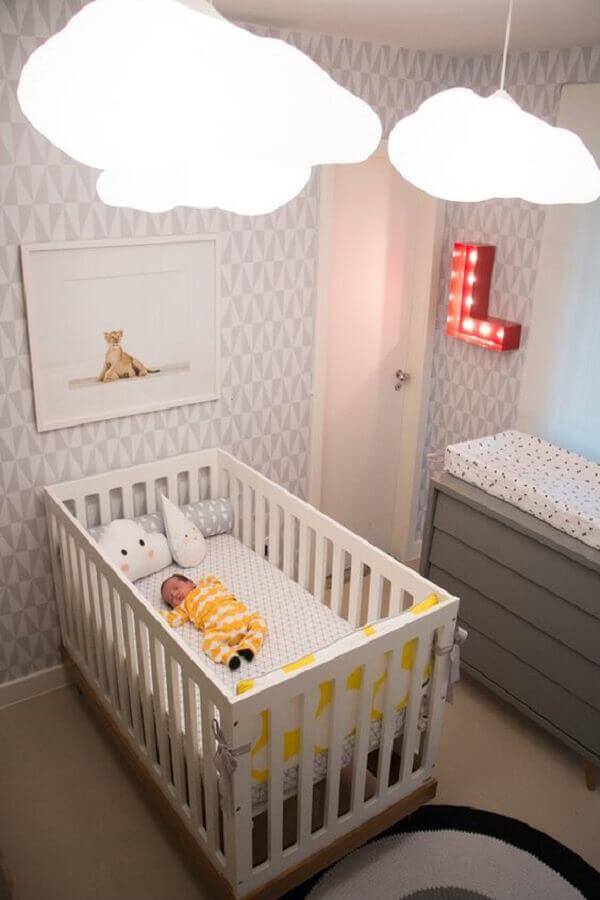 lustre de nuvem para quarto de bebê decorado em tons de cinza Foto IG Delas