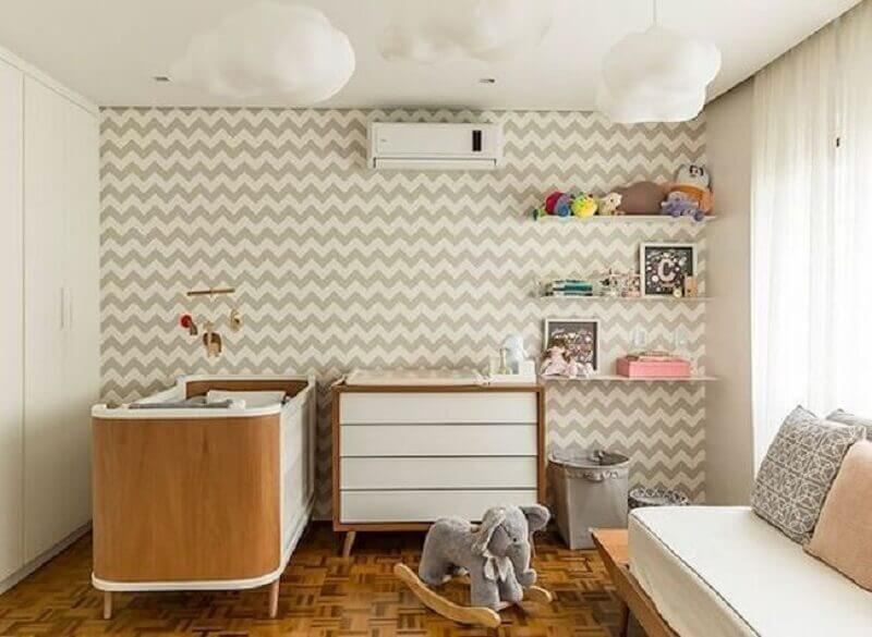 lustre de nuvem para quarto de bebê neutro com papel de parede com estampa de chevron Foto Mundo Laza Fornaza