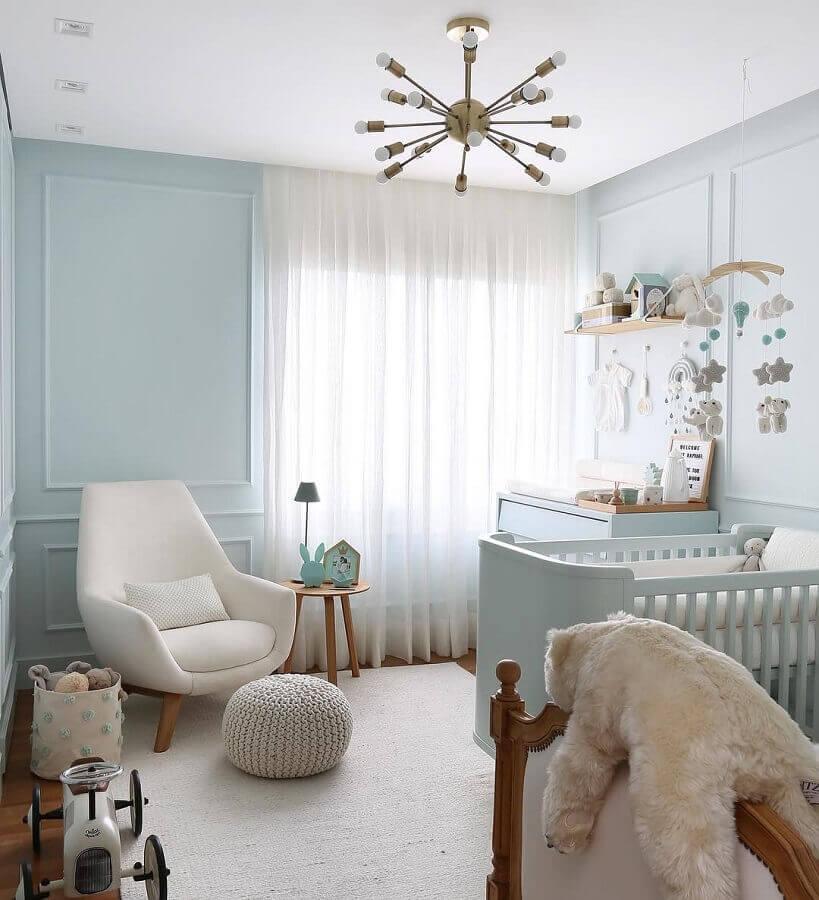 lustre moderno para quarto de bebê azul com puff redondo de crochê Foto Pinterest