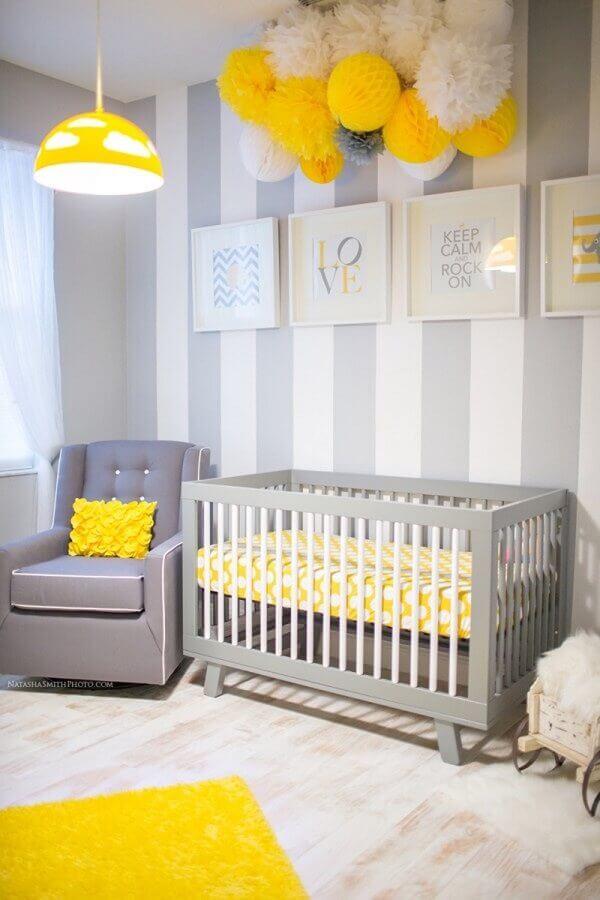 lustre para quarto de bebê cinza e amarelo decorado com quadrinhos brancos  Foto Decor Salteado